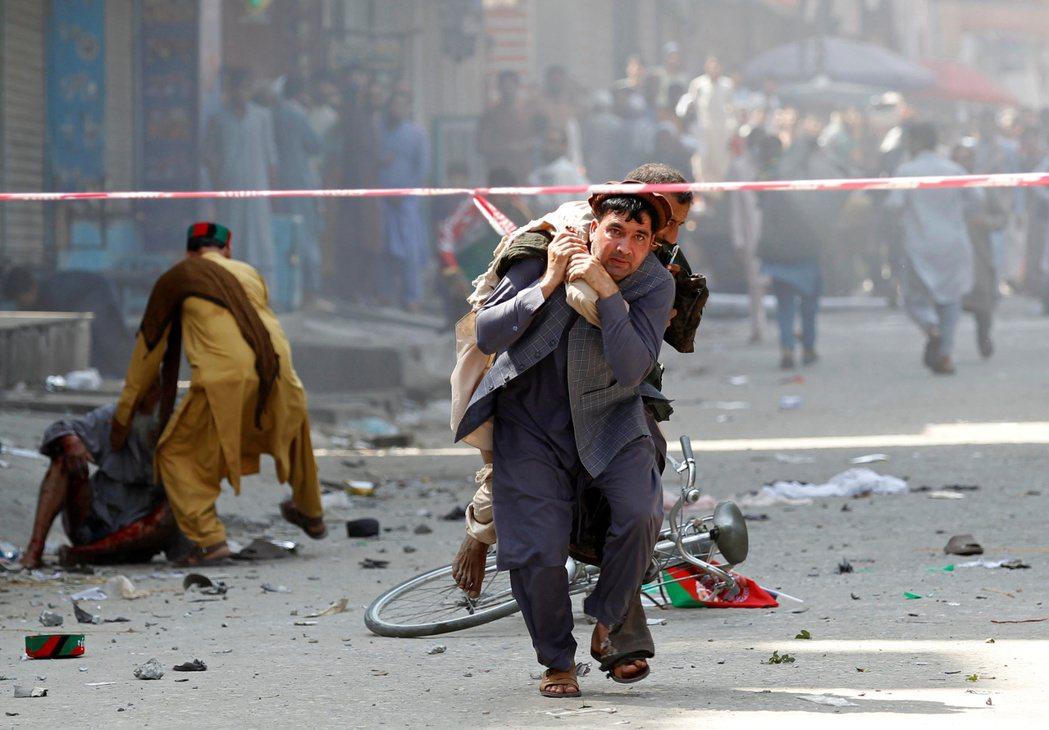 阿富汗19日慶祝獨立百年,東部城市查拉拉巴驚傳連環爆炸,民眾紛紛奔逃。(路透)