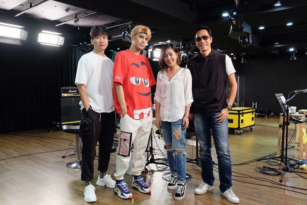 小男孩樂團邀請陳零九(左二)擔任演唱會嘉賓。圖/滾石提供