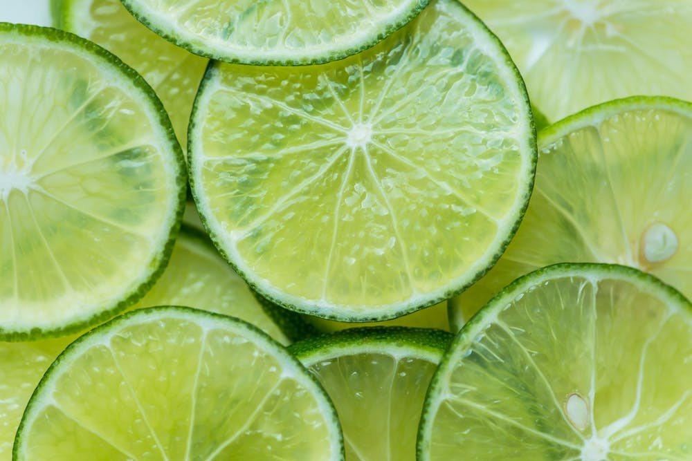 檸檬含有豐富的維他命C,不只美白,清潔平衡一把罩。圖/摘自 pexels