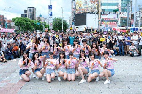 女團「AKB48 Team TP」日前上街快閃,可惜受限於天氣因素,3場活動被硬生生砍掉2場,雖然抱憾而歸,但首場的熱情歌迷讓她們很是開心,團員李孟純說:「粉絲會跟著一起唱,形成了女高音和男低音一起...