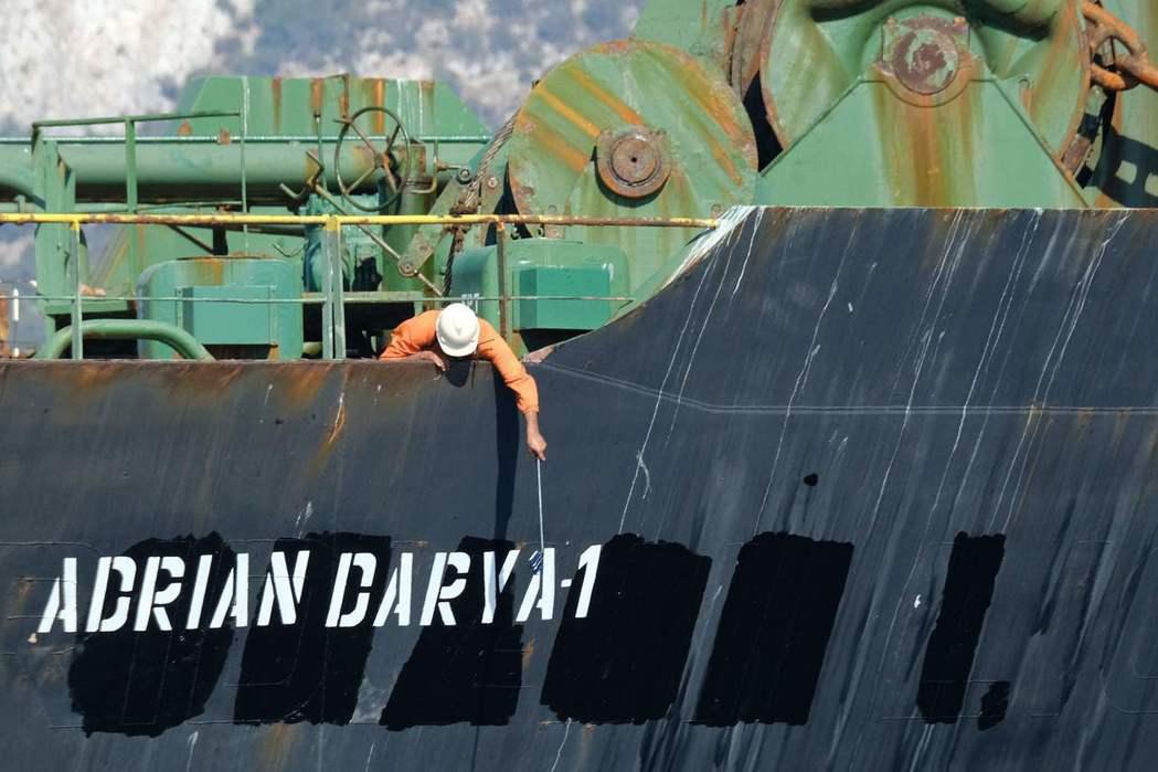 遭英屬直布羅陀扣押的伊朗油輪18日駛離直布羅陀。圖為船員查看油輪新名字「阿德里安...