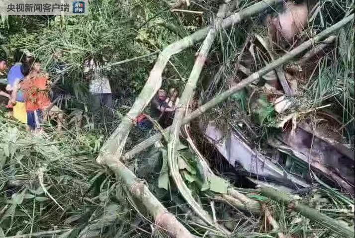 一輛載有中國遊客的旅遊大巴車在老撾翻覆,造成慘重傷亡。(央視新聞客戶端)