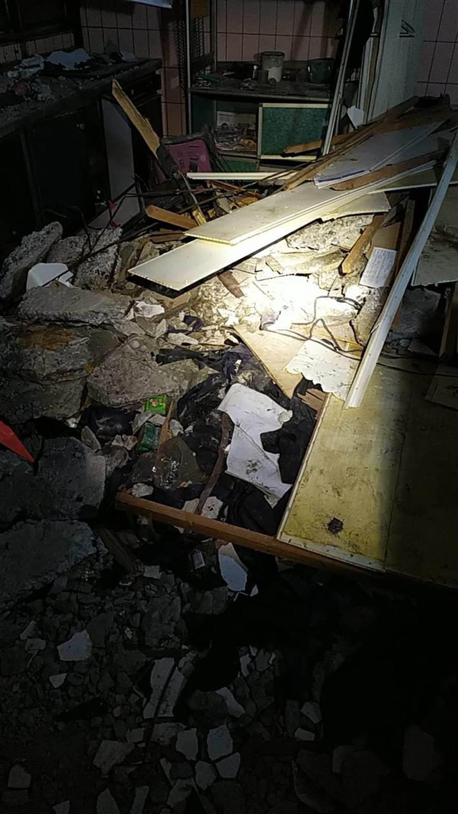 四樓掉下的天花板現場,住戶心驚。記者曾增勳/翻攝
