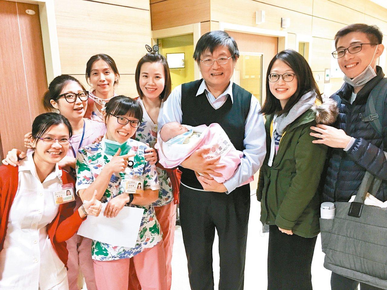 李威震(右三)和團隊為牟小姐換肝,牟小姐順利產下女兒後,夫妻(右兩位)和團隊分享...