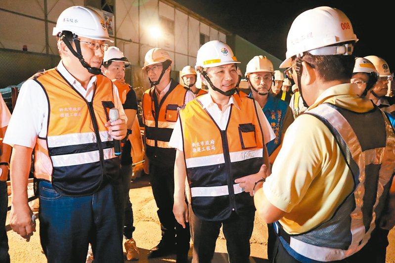 新北市長侯友宜(中)最近利用深夜去視察捷運三鶯線吊梁作業。 圖/新北捷運局提供