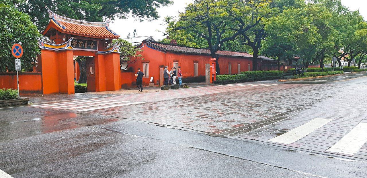 台南市孔廟前的連鎖磚,因經歷不同時期的整修,鋪面顏色雜亂。 記者修瑞瑩/攝影