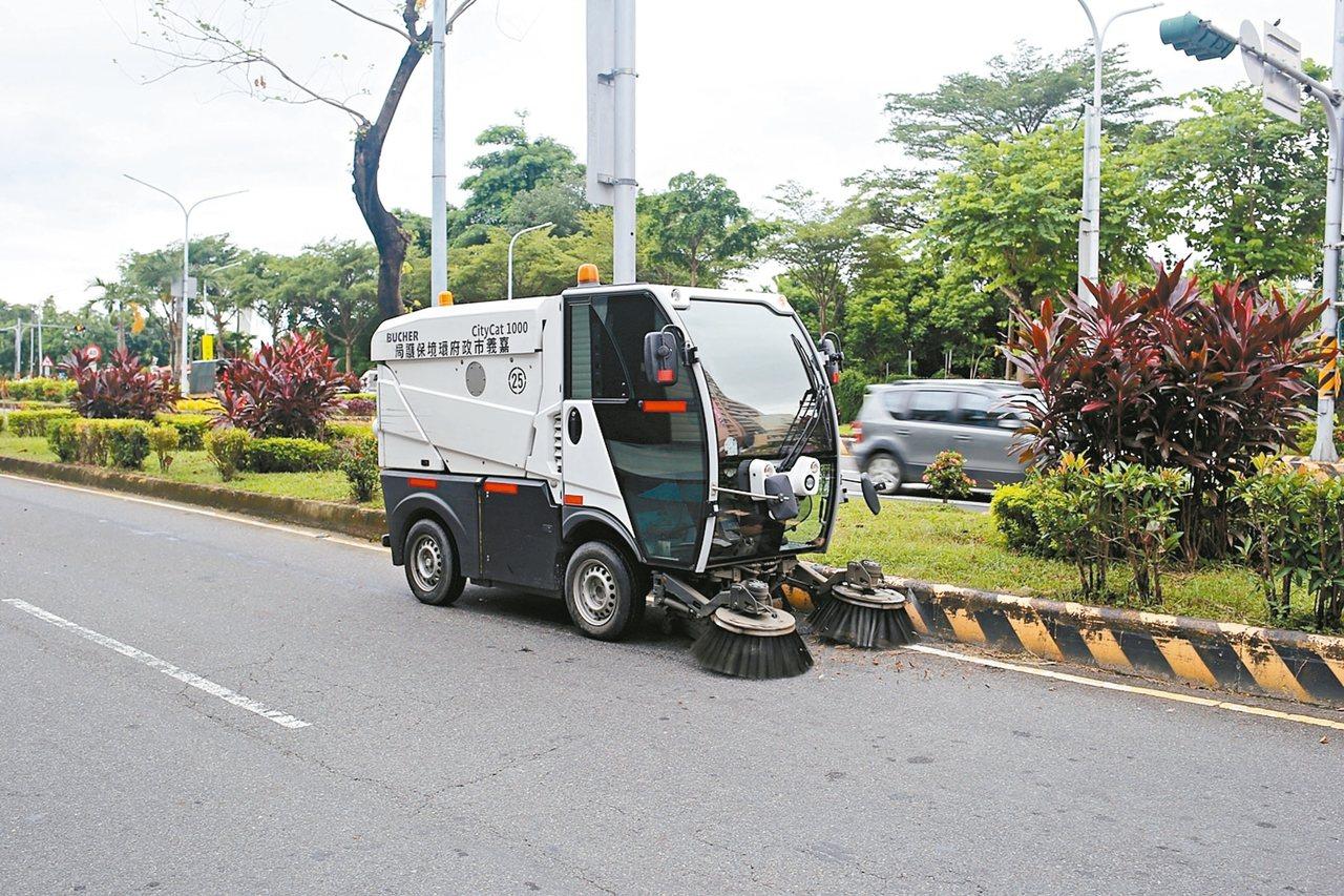 小型掃街車只占車道一半,可以清掃小型廢棄物,又不妨礙其他車輛通行。 圖/嘉義市環...