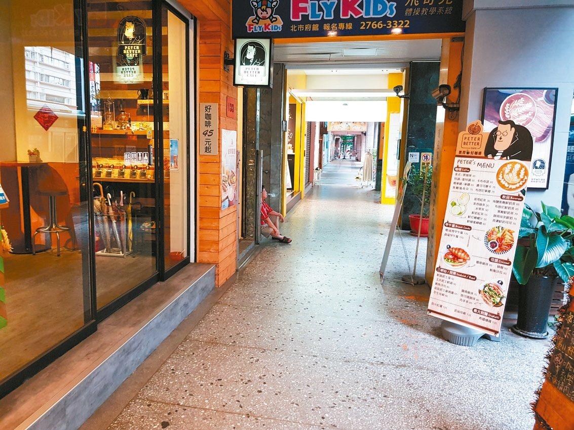 北市衛生局找5家連鎖便利商店、10家連鎖咖啡店合作,9月起15家業者門市前騎樓將...