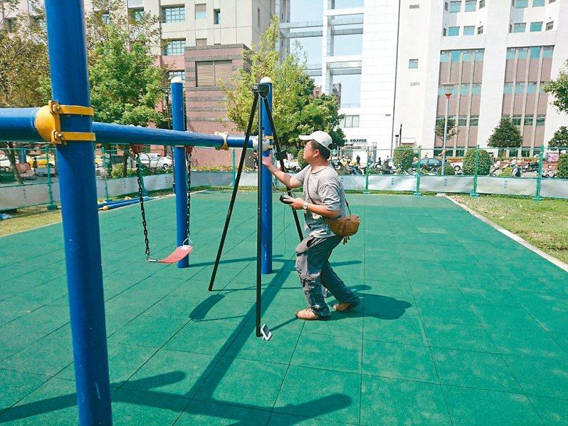 衛福部修改兒童遊戲場規範,台中市建設局全面體檢,常見缺失為地墊厚度、器材間距不足等。 圖/台中市建設局提供
