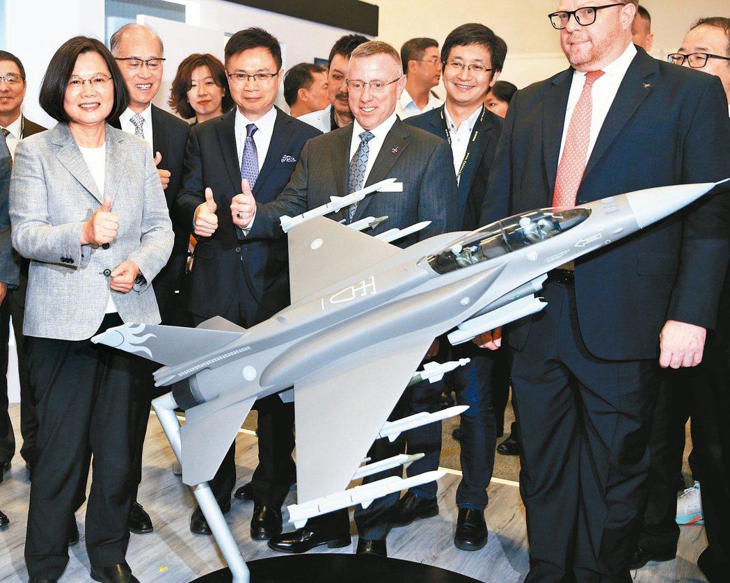 蔡總統(左)日前出席「二○一九年台北國際航太暨國防工業展」開幕儀式,在觀看F-1...
