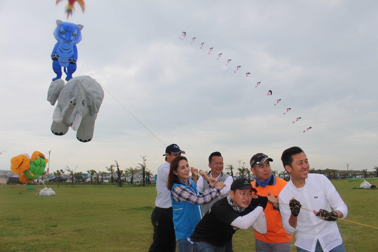 新竹市長林智堅試放風箏。 記者張雅婷/攝影
