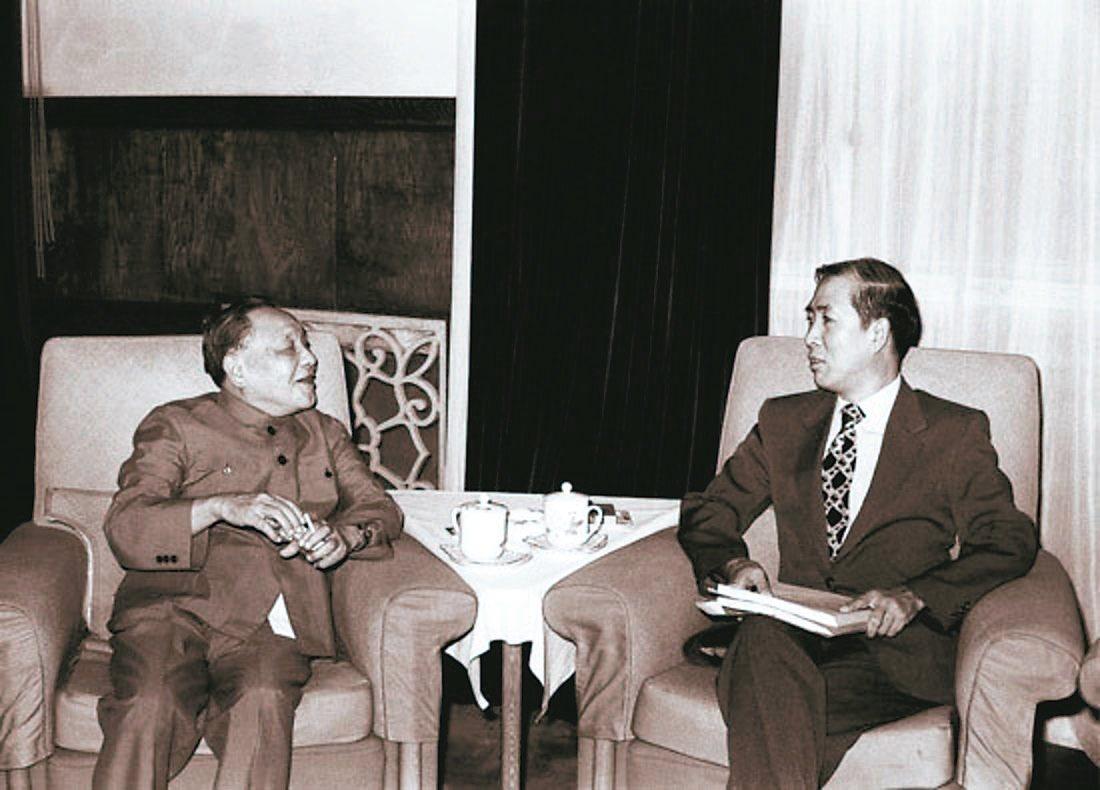 一九八三年六月,鄧小平會見來訪的美國西東大學教授楊力宇。 (人民網)