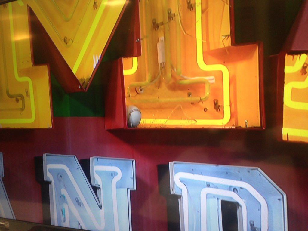 狄龍的全壘打球直擊麥當勞「BIG MAC」的「M」,將燈管打壞後停留在上頭。 截...