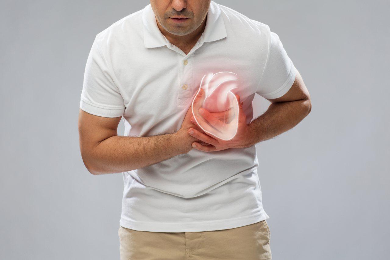 53歲男子長年接受高血壓、心律不整治療,卻在跨年夜突然心跳飆升到每分鐘240下,...