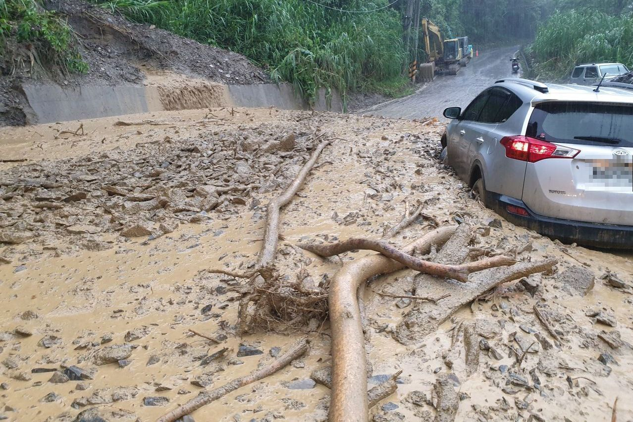 南投縣仁愛鄉投83線今午後好不容易全線恢復通行,未料傍晚大雨又爆發土石流,還造成...