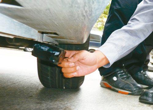 高雄市長韓國瑜爆料,座車可能被裝追蹤器,圖為車輛GPS定位追蹤器示意圖,非韓國瑜...
