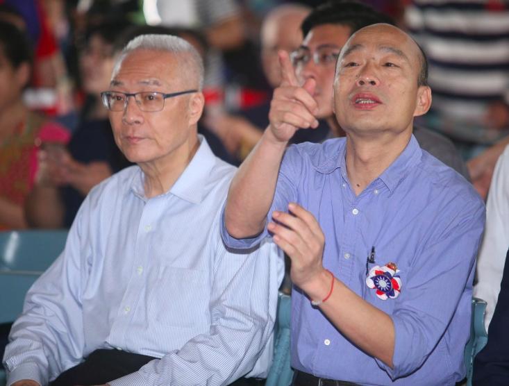 高雄市長韓國瑜(右)日前與國民黨主席吳敦義(左)會面,還中途換車、換地點。 圖/...