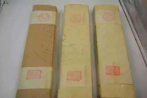 仿古假畫多用清代存留下來的紙張,在一家店裡,一張60見方的乾隆冰紋箋紙,標價高達...