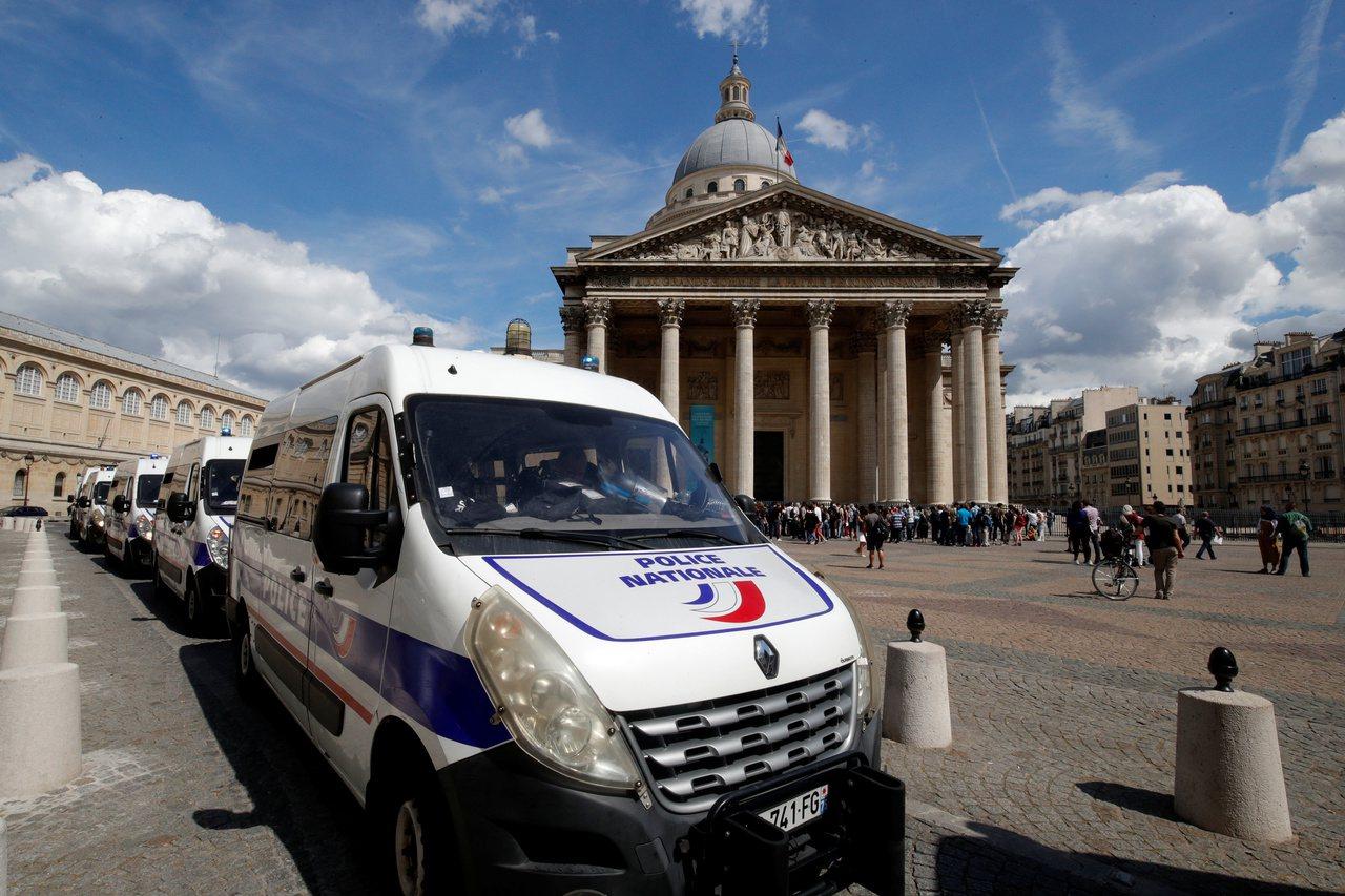 今年法國已有64名警察自殺。圖為巴黎萬神殿廣場上的警車。 (路透)
