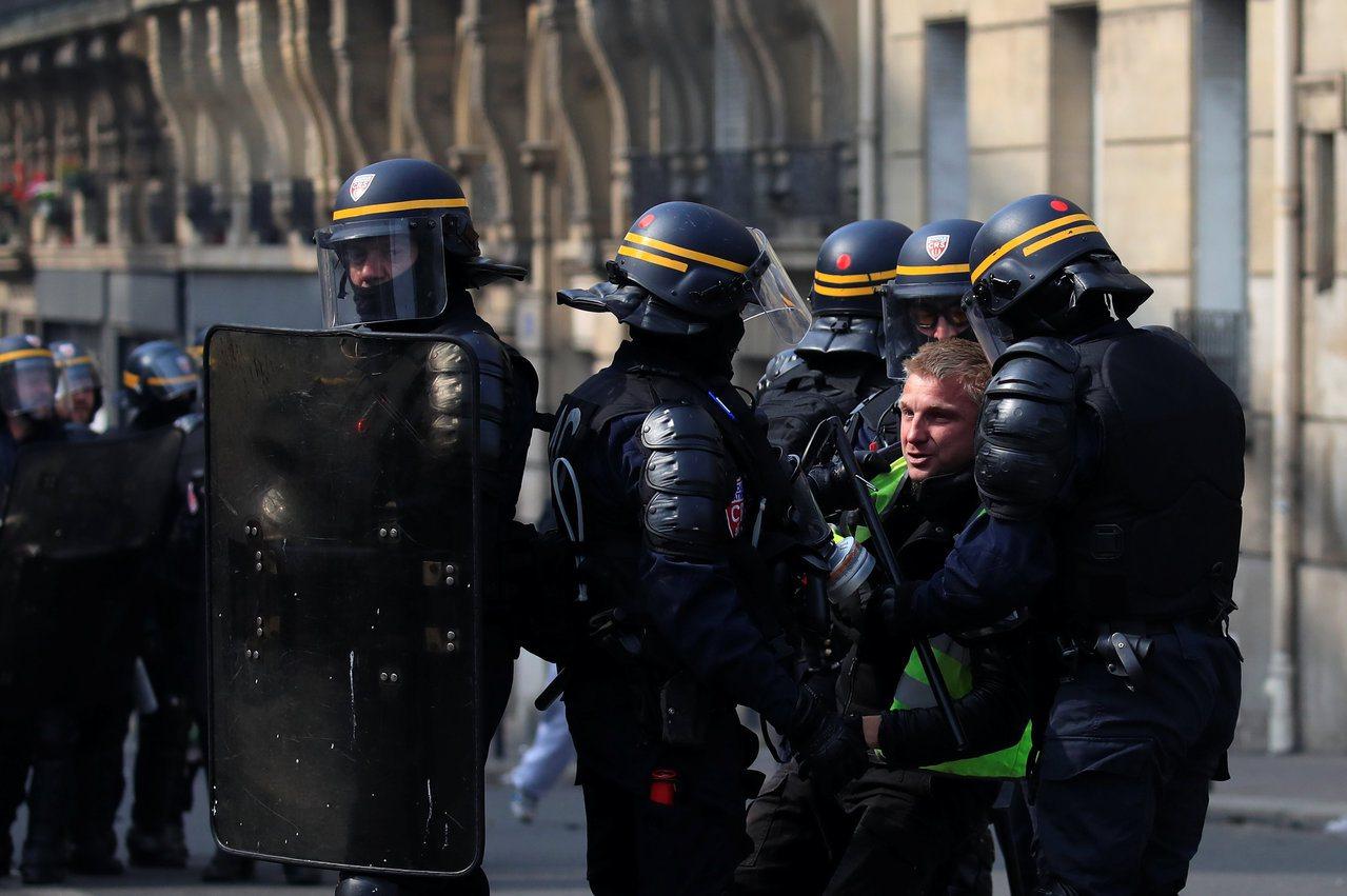 法國警察逮捕一名黃背心示威者。 (路透)
