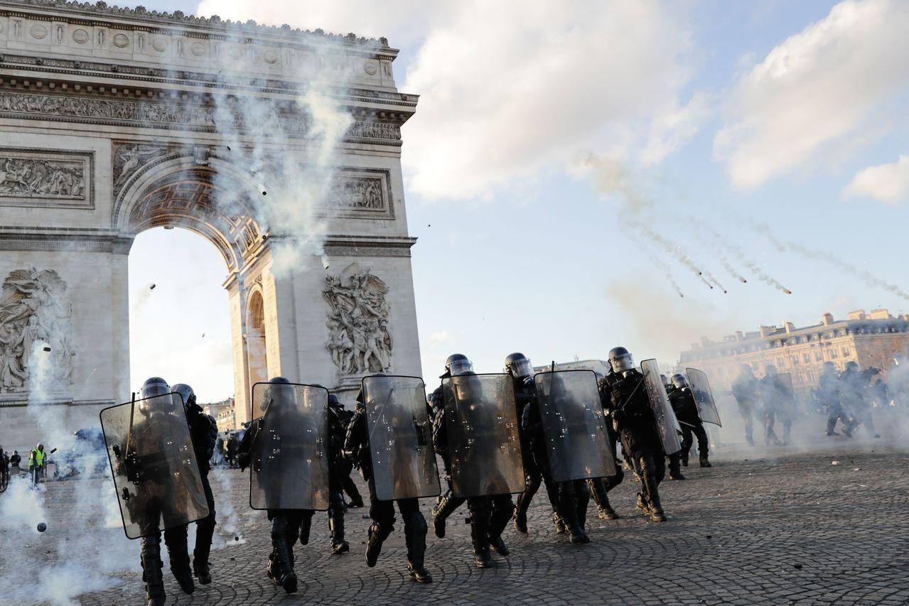 法國黃背心運動示威者會對警察暴力相向,警察強力壓制造成一些示威者傷殘。 (法新社...