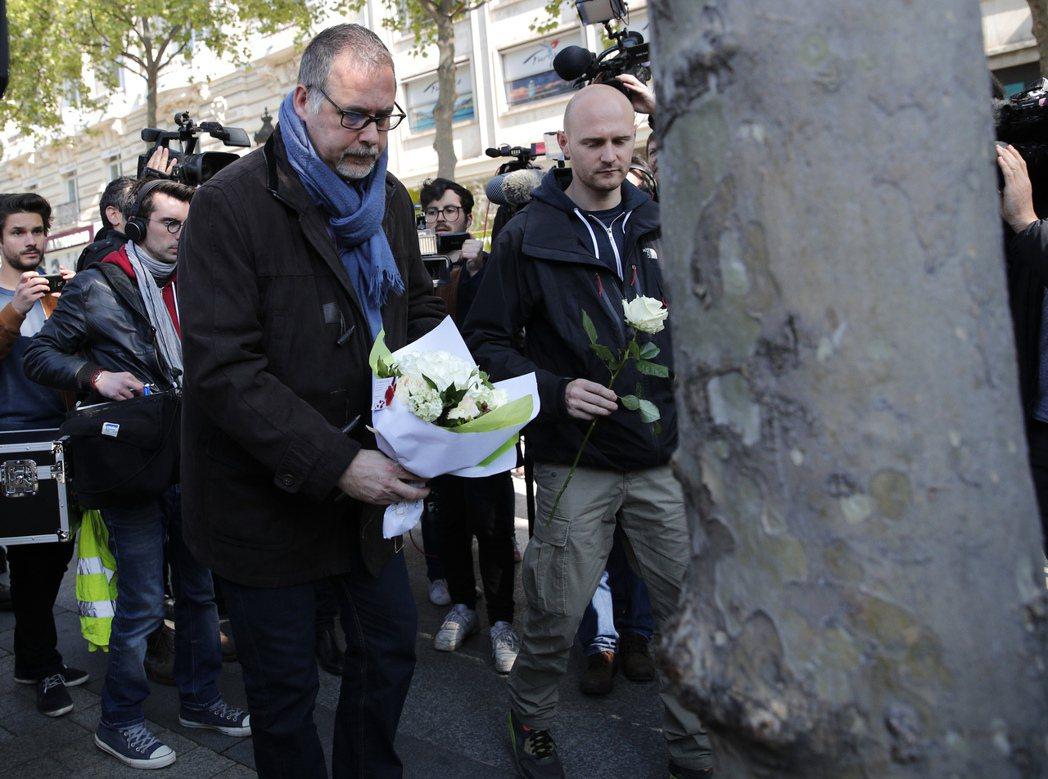 法國CFDT警察工會主席雅各前年4月獻花悼念一名遭攻擊身亡的警察。 (美聯社)