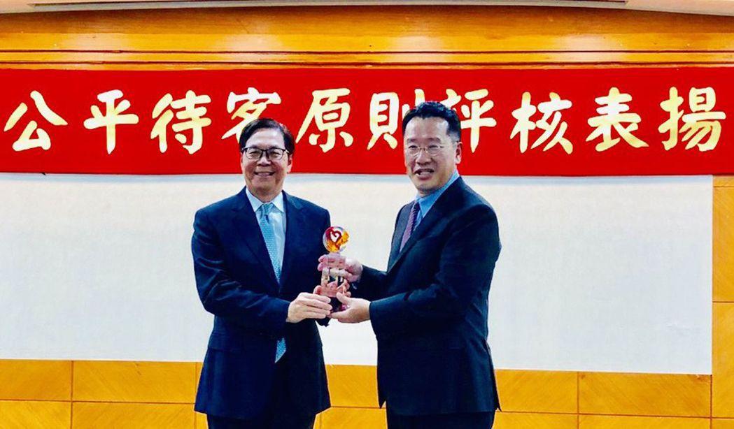 凱基證券公平待客服務獲金管會表揚,由董事長許道義(左)代表領獎。 凱基證券/提供