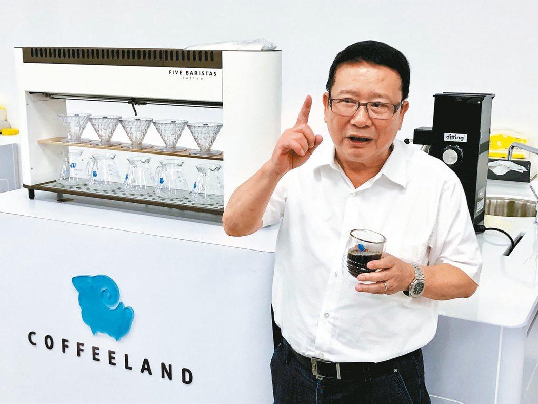 正瀚生技董事長吳正邦成立咖啡研究中心演示精準農業。 記者宋健生/攝影