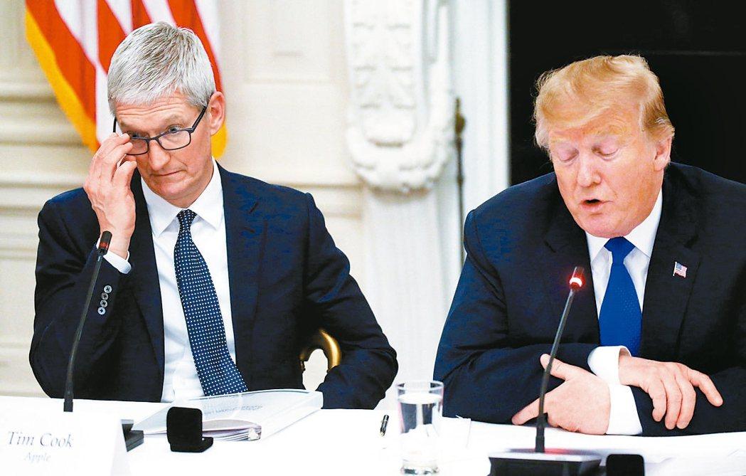 美國總統川普(右)與蘋果執行長庫克。 路透