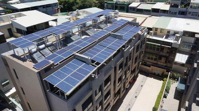 為推動綠能,經濟部工業局藉由「都市型工業區更新立體化發展方案」,給予在屋頂設置太陽光電設備面積達50%以上者,享有2%容積獎勵,若再搭配「ISO 50001能源管理系統」及「建築整合型太陽光電發電設備」認證,最高共可獲得5%容積獎勵。圖/高雄市工務局提供