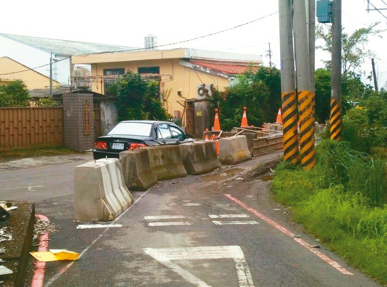 屏東市建國路333巷地主,因不滿土地成為「既有巷道」,於道路中央灌水泥築起路障。...