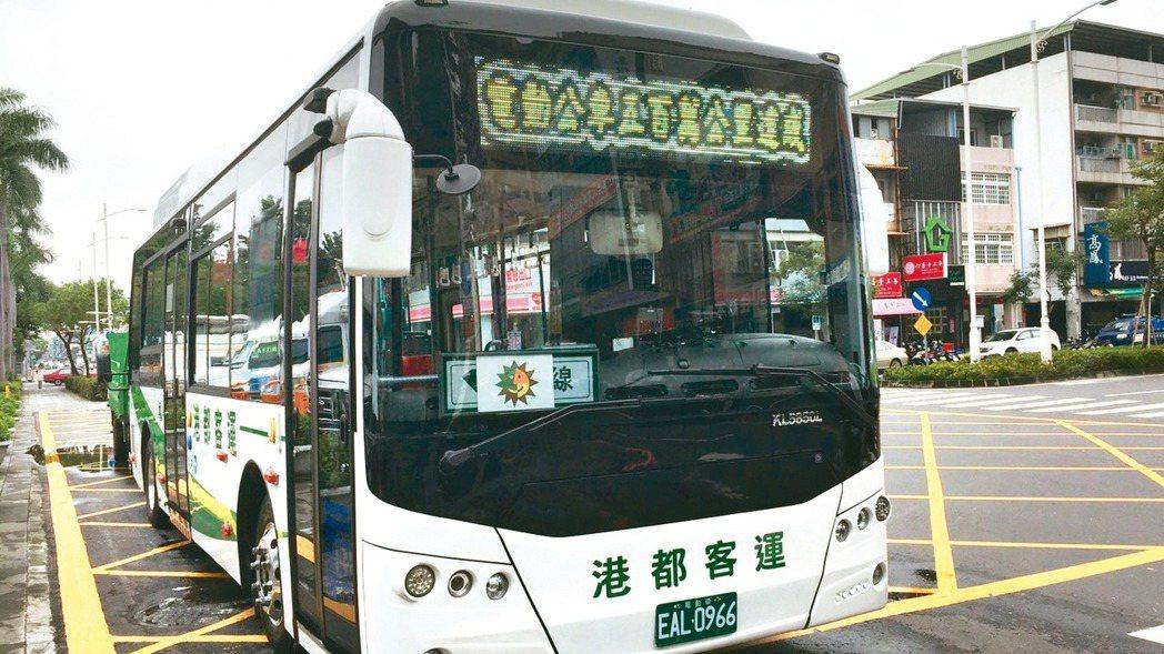 高雄市目前上路營運的電動公車有117輛,市長韓國瑜今天宣示2030年市區公車將全...