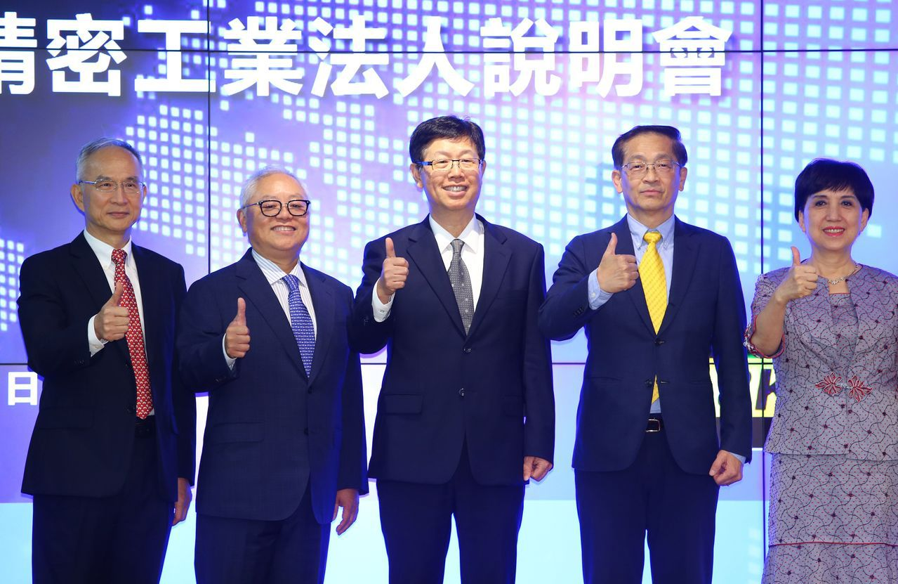 鴻海威州面板廠下半年密集趕工,近期包含董事長劉揚偉(中)、副董事長李傑(右二)等...