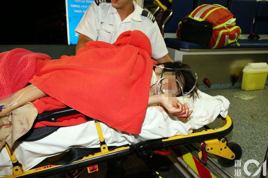 香港將軍澳的一處「連儂牆」前,今凌晨一名曾任報社記者的26歲女子遭砍。圖/取自香...