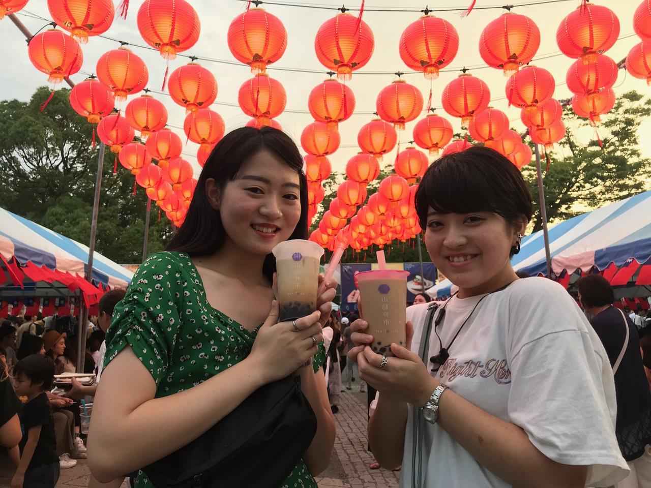 圖為日本女性參加在東京舉行的台灣嘉年華(Taiwan Festa)活動手拿珍奶畫...