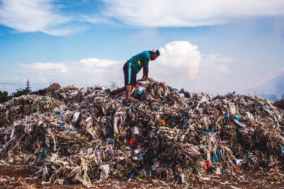 大量塑膠垃圾湧向東南亞 印尼小村居民當寶