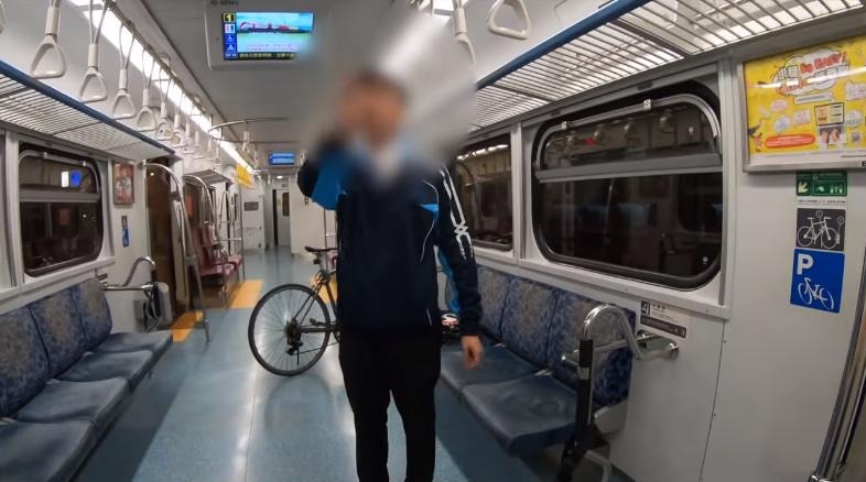 情緒不穩定的男子在車廂內不停與副站長嗆聲。圖擷自YouTube
