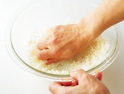 一邊用手輕輕地抓握,一邊反覆在手掌上按揉米粒,快速進行20~30次。圖/台灣廣廈...