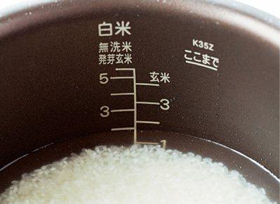 將米和相對分量的水放入電子鍋中。圖/台灣廣廈有聲圖書有限公司提供