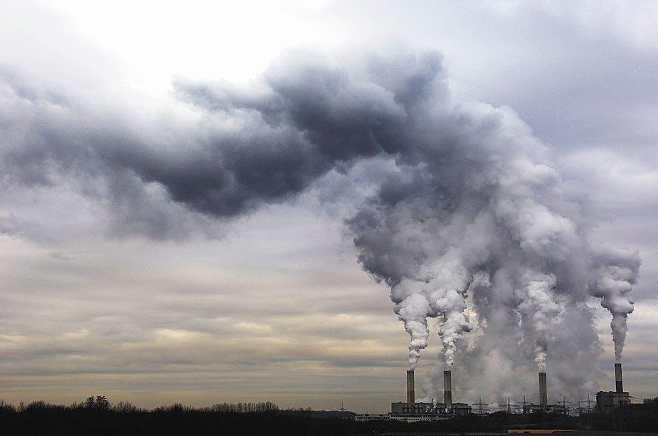 使用後的尿布有大量水分且原料含有石油物質,是焚化場困擾的問題。 圖/報系資料照
