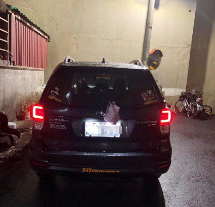 因為怕炸雞的味道充滿車內,網友乾脆直接把它掛在車後的雨刷上頭。圖擷自爆廢公社。