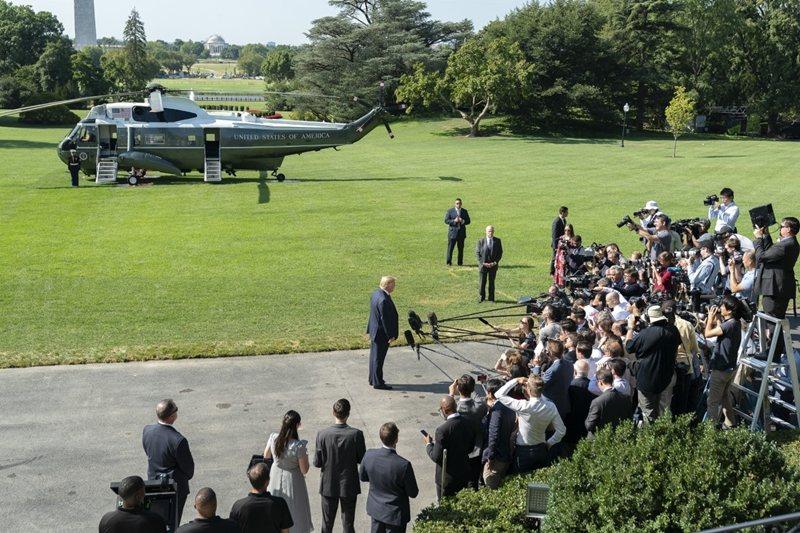 出发休假当天,川普还在登上直升机前举行记者会。图/商业周刊提供