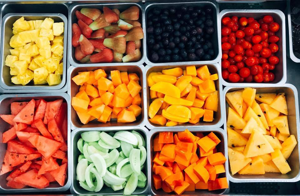 自助刨冰有滿滿的新鮮水果可夾取。圖/婷亭自助冰城授權提供 (以下同)