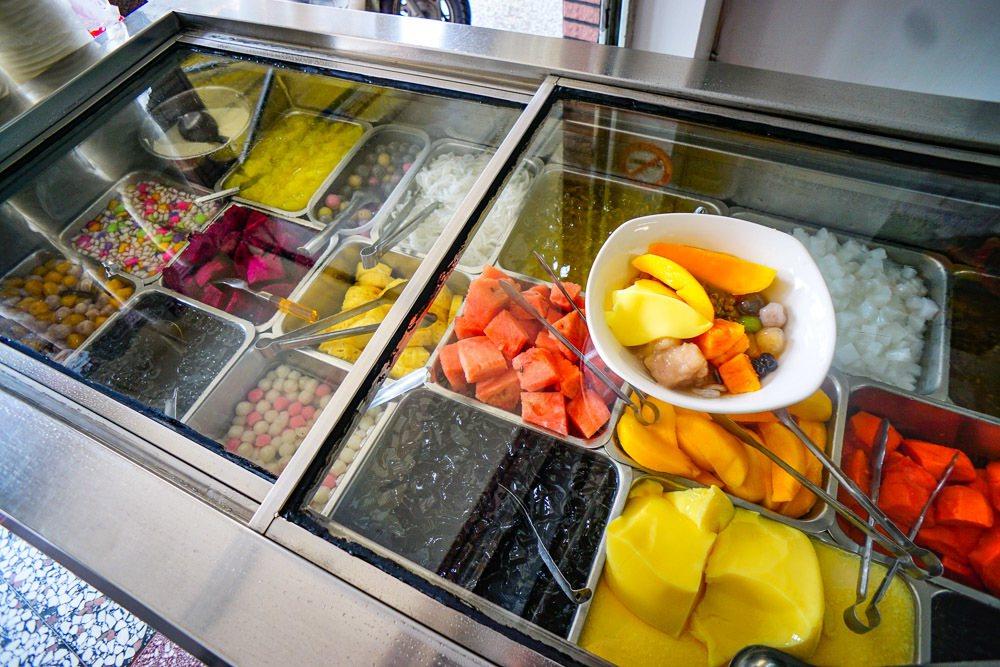 羅東店一入門就看到長長的配料冰櫃很吸睛。圖/跟著小虫吃喝玩樂授權提供 (以下同)