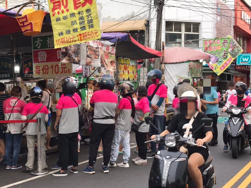 滷味攤前排滿「熊貓」外送員。 圖擷自爆廢公社