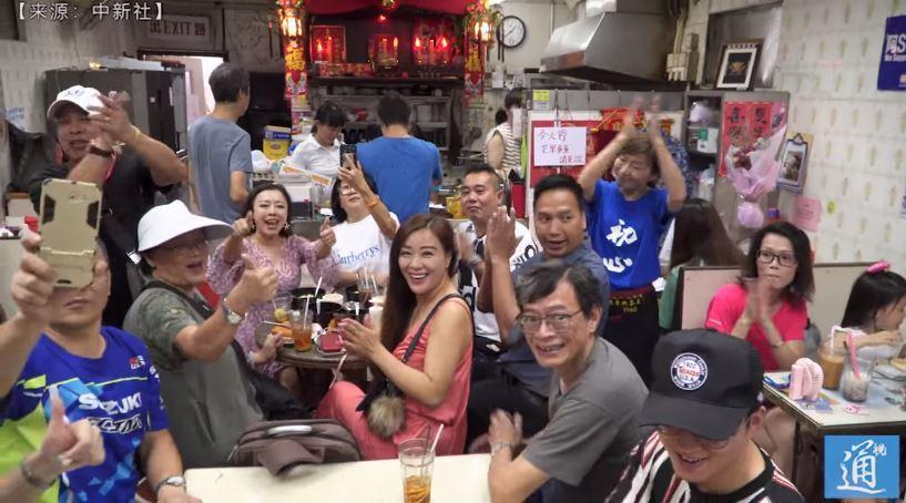 茶餐廳老闆娘支持香港警察的決定,吸引不少理念相同的顧客上門光顧。 翻攝自中新社
