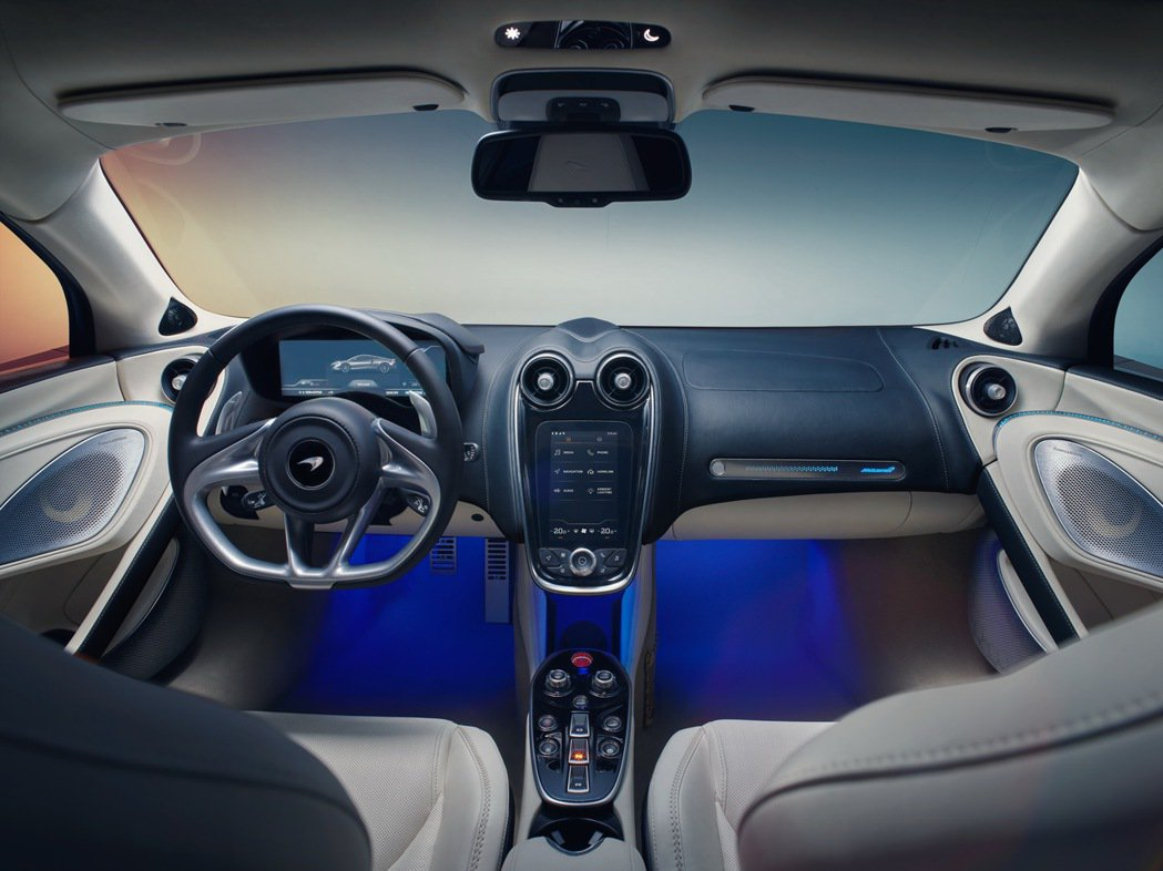 車室內部更是別具特色,內裝使用鋁合金切削元件搭配鋼琴黑烤漆部件,大幅提升細節質感...