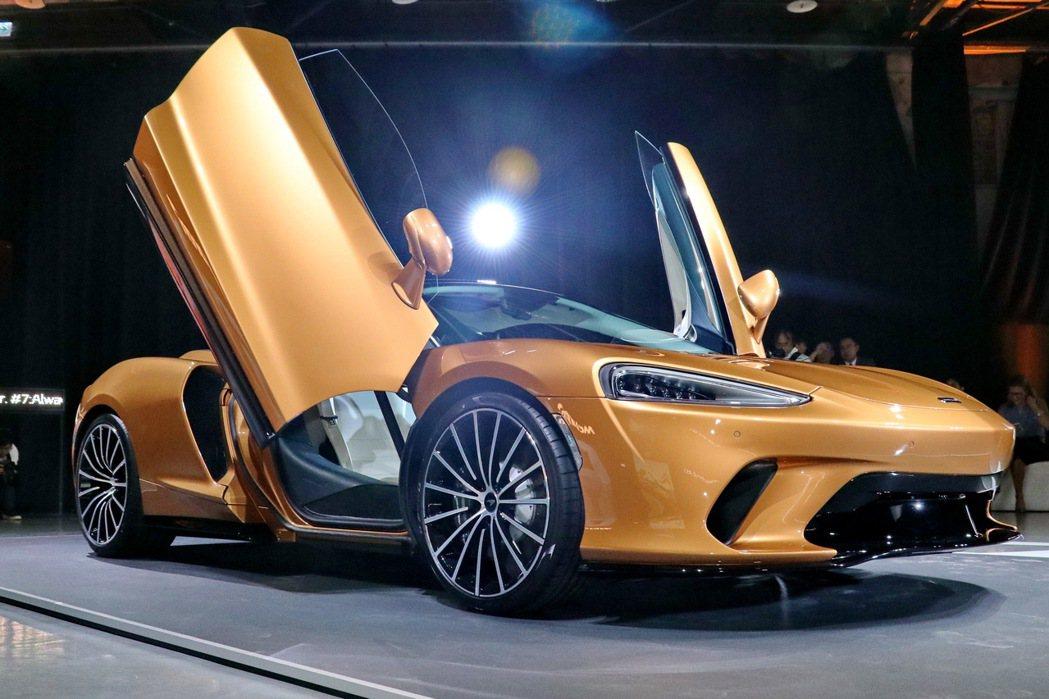 McLaren GT延續McLaren經典蝶翼式上掀車門,並使用原廠稱為Mono...