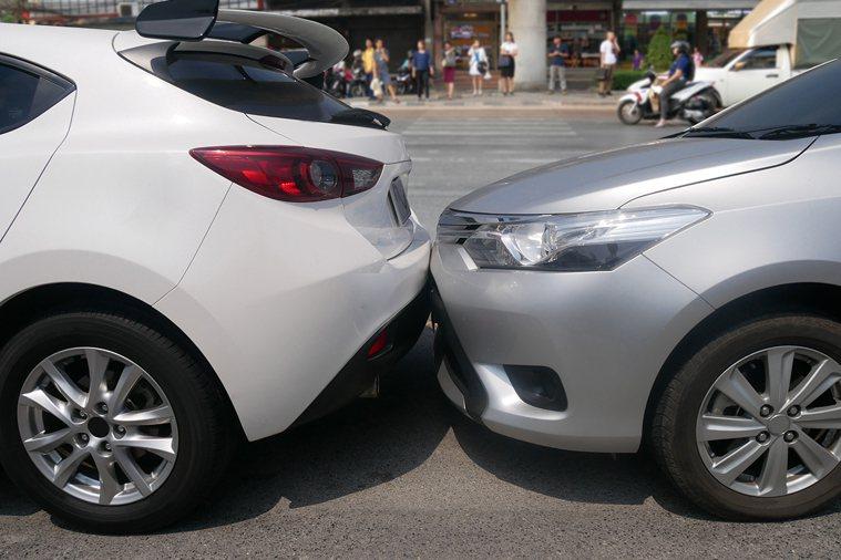 車禍或運動外力撞擊,如果以為只有輕微外傷沒什麼大礙而輕忽,但要注意可能撞擊到身體...