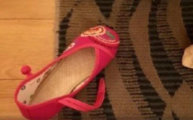 紅色繡花鞋孤拎拎在房間看起來如恐怖片場景。 圖/翻攝自微博